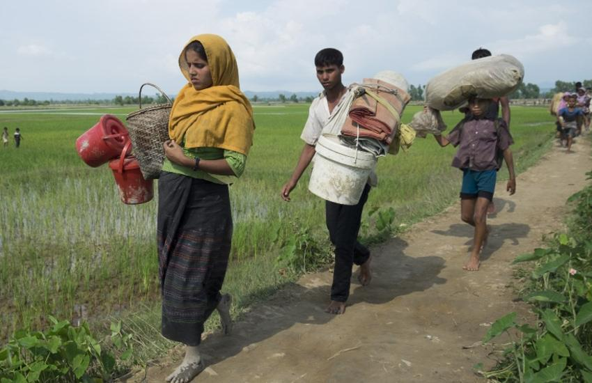 People belonging to the ethnic minority Rohingyas of Myanmar (Burma) cross the Bangladesh border to arrive at the Balukhali camp in Cox's Bazar, Bangladesh on September 07, 2017