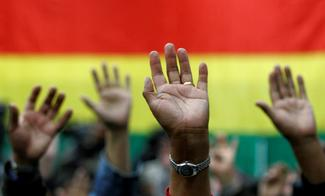 Hands raised in vote. © Reuters/David Mercado